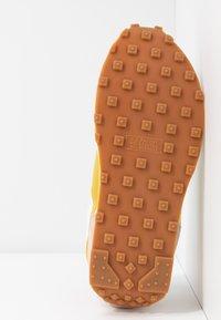 Nike Sportswear - DAYBREAK - Trainers - fossil stone/saffron quartz/summit white/magic flamingo/medium brown - 8