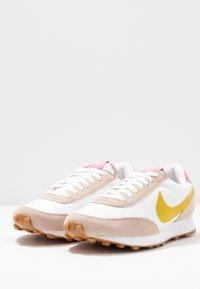Nike Sportswear - DAYBREAK - Trainers - fossil stone/saffron quartz/summit white/magic flamingo/medium brown - 6