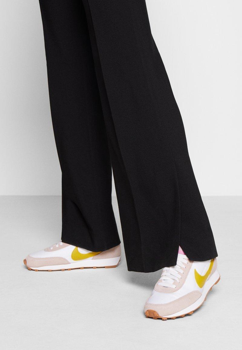 Nike Sportswear - DAYBREAK - Trainers - fossil stone/saffron quartz/summit white/magic flamingo/medium brown