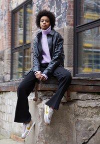 Nike Sportswear - DAYBREAK - Trainers - fossil stone/saffron quartz/summit white/magic flamingo/medium brown - 3