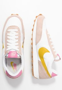 Nike Sportswear - DAYBREAK - Trainers - fossil stone/saffron quartz/summit white/magic flamingo/medium brown - 5