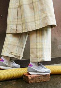 Nike Sportswear - DAYBREAK - Zapatillas - particle grey/summit white/vast grey/vivid purple/laser orange/medium brown - 4