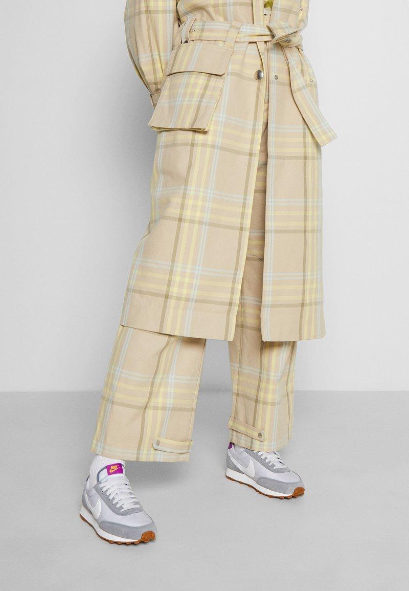 Nike Sportswear - DAYBREAK - Zapatillas - particle grey/summit white/vast grey/vivid purple/laser orange/medium brown