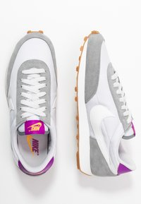 Nike Sportswear - DAYBREAK - Zapatillas - particle grey/summit white/vast grey/vivid purple/laser orange/medium brown - 5