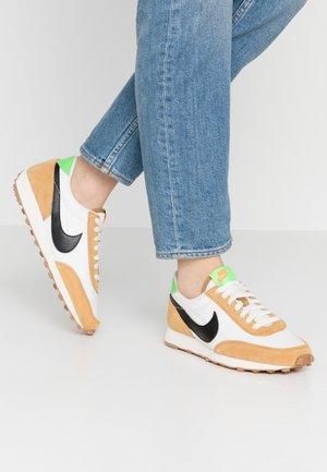 DAYBREAK - Sneakersy niskie - wheat/black/phantom/scream green/gum med brown/total orange