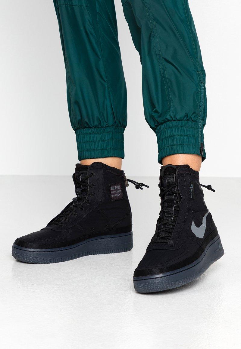 Nike Sportswear - AIR FORCE 1 - Sneakersy wysokie - black/dark grey