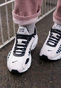 Nike Sportswear - AIR MAX TAILWIND - Sneakersy niskie - light soft pink/black/white/desert sand - 4