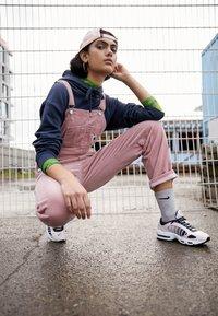 Nike Sportswear - AIR MAX TAILWIND - Sneakersy niskie - light soft pink/black/white/desert sand - 3