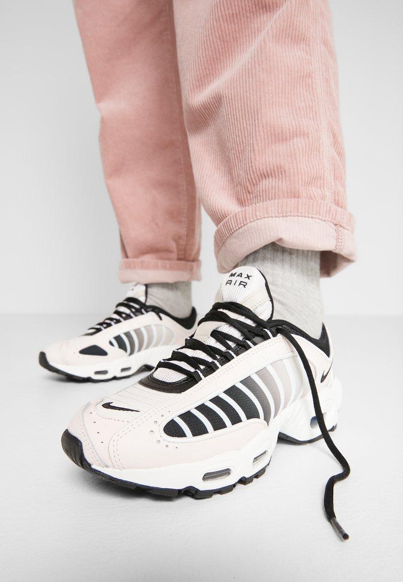 Nike Sportswear - AIR MAX TAILWIND - Sneakersy niskie - light soft pink/black/white/desert sand