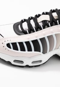 Nike Sportswear - AIR MAX TAILWIND - Sneakersy niskie - light soft pink/black/white/desert sand - 2