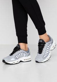 Nike Sportswear - AIR MAX TAILWIND - Tenisky - wolf grey/black/cool grey/white/light soft pink/desert sand - 0