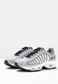 Nike Sportswear - AIR MAX TAILWIND - Tenisky - wolf grey/black/cool grey/white/light soft pink/desert sand - 4