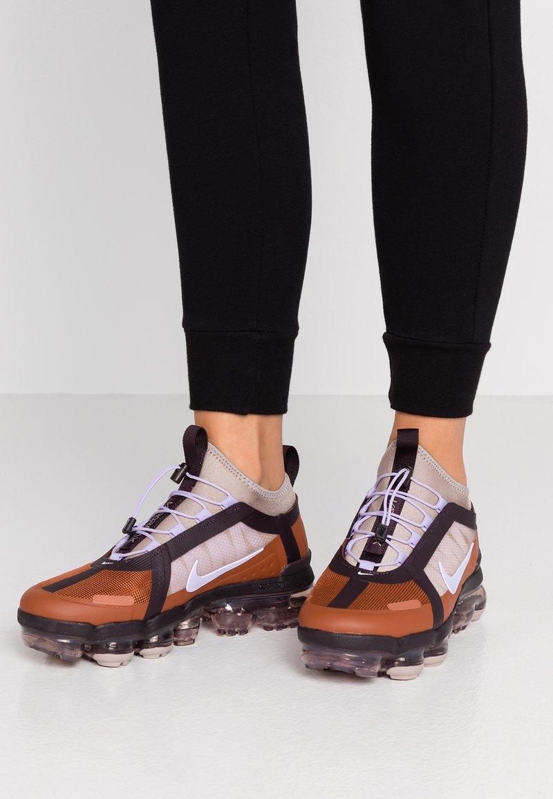 Nike Sportswear - AIR VAPORMAX 2019 UTILITY - Sneakers laag - cinnamon/purple agate/burgundy ash/pumice