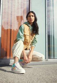 Nike Sportswear - AIR FORCE 1 SHADOW - Baskets basses - pale ivory/celestial gold/tropical twist - 3