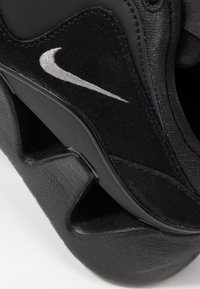 Nike Sportswear - RYZ 365 - Sneakersy niskie - black/metallic dark grey - 2