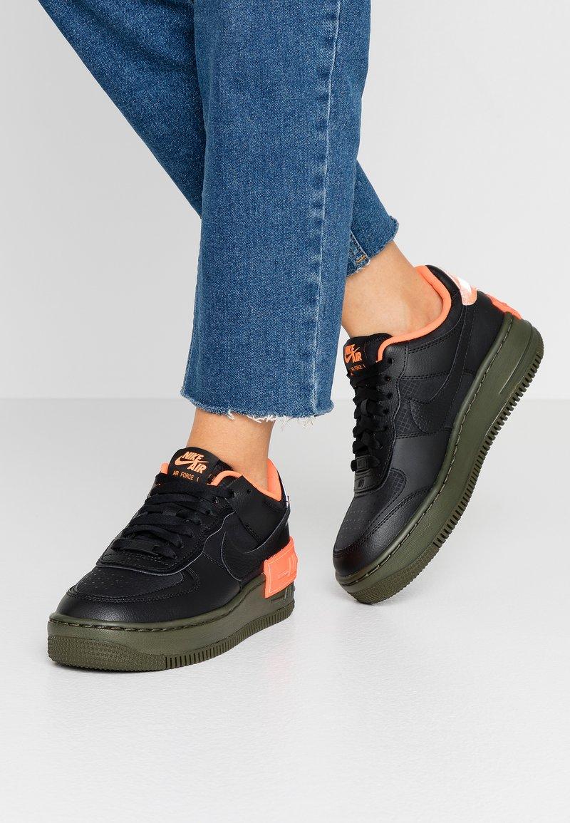 Nike Sportswear - AF1 SHADOW - Sneakersy niskie - black/hyper crimson/cargo khaki