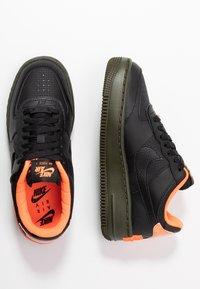 Nike Sportswear - AF1 SHADOW - Sneakersy niskie - black/hyper crimson/cargo khaki - 3
