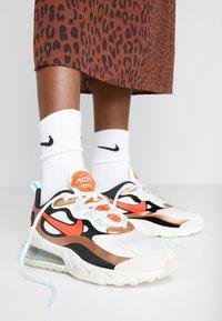 Nike Sportswear - AIR MAX 270 REACT - Sneakers laag - sail/black metallic/red bronze/pure platinum/teal tint/bright crimson - 0