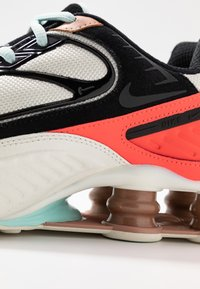 Nike Sportswear - SHOX ENIGMA 9000 - Joggesko - sail/black/metallic red bronze/pure platinum/bright crimson/teal tint