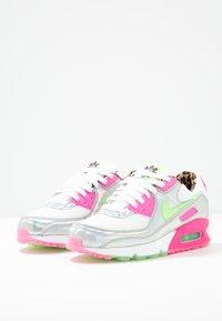 Nike Sportswear - AIR MAX 90 - Sneakersy niskie - white/illusion green/laser fuchsia/black - 4