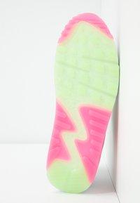 Nike Sportswear - AIR MAX 90 - Sneakersy niskie - white/illusion green/laser fuchsia/black - 6