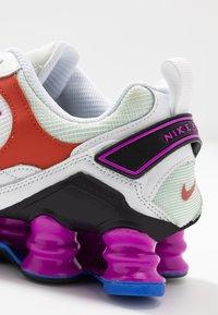 Nike Sportswear - SHOX TL NOVA - Zapatillas - white/black/hyper violet/racer blue/rust factor/spruce aura - 2