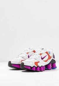 Nike Sportswear - SHOX TL NOVA - Zapatillas - white/black/hyper violet/racer blue/rust factor/spruce aura - 4