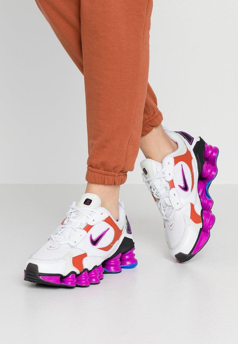 Nike Sportswear - SHOX TL NOVA - Zapatillas - white/black/hyper violet/racer blue/rust factor/spruce aura