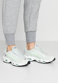 Nike Sportswear - AIR MAX TAILWIND - Sneakersy niskie - spruce aura/black/white/pistachio frost/barely volt - 0