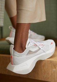 Nike Sportswear - VISTA LITE - Baskets basses - white/laser crimson/photon dust - 4