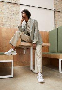 Nike Sportswear - VISTA LITE - Baskets basses - white/laser crimson/photon dust - 3