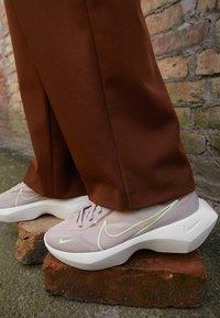 Nike Sportswear - VISTA LITE - Sneakersy niskie - fossil stone/barely volt/desert dust - 4