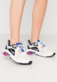 Nike Sportswear - AIR MAX 200 - Sneakersy niskie - fossil/white/black/pistachio frost/hyper blue/hyper crimson - 0