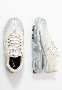 Nike Sportswear - NIKE AIR VAPORMAX 360 - Zapatillas - fossil/metallic silver/black/summit white - 3