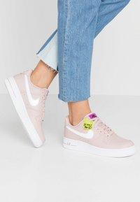 Nike Sportswear - AIR FORCE 1 - Matalavartiset tennarit - stone mauve/white/vivid purple/lemon - 0