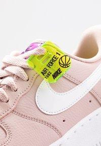 Nike Sportswear - AIR FORCE 1 - Matalavartiset tennarit - stone mauve/white/vivid purple/lemon - 2