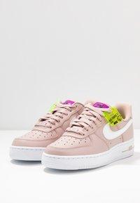 Nike Sportswear - AIR FORCE 1 - Matalavartiset tennarit - stone mauve/white/vivid purple/lemon - 4