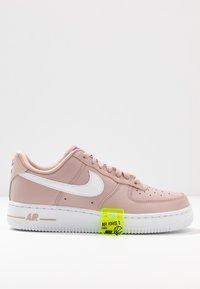 Nike Sportswear - AIR FORCE 1 - Matalavartiset tennarit - stone mauve/white/vivid purple/lemon - 7