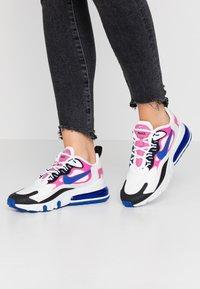 Nike Sportswear - AIR MAX 270 REACT - Sneakersy niskie - summit white/hyper blue/cosmic fuchsia/black - 0