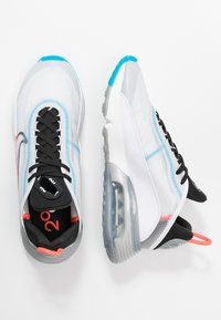 Nike Sportswear - AIR MAX 2090 - Sneakersy niskie - white/black/pure platinum/bright crimson/wolf grey/blue hero - 3