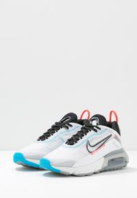 Nike Sportswear - AIR MAX 2090 - Sneakersy niskie - white/black/pure platinum/bright crimson/wolf grey/blue hero - 4