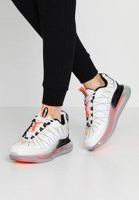 Nike Sportswear - MX-720-818 - Zapatillas - sail/white/black/metallic silver/hyper crimson - 0