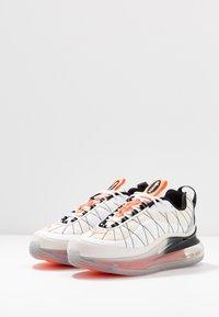 Nike Sportswear - MX-720-818 - Zapatillas - sail/white/black/metallic silver/hyper crimson - 4
