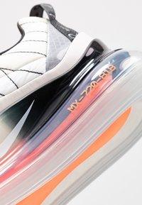 Nike Sportswear - MX-720-818 - Zapatillas - sail/white/black/metallic silver/hyper crimson - 2