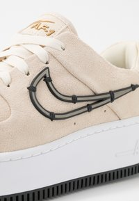 Nike Sportswear - AIR FORCE 1 SAGE - Sneakers - light cream/black/metallic gold