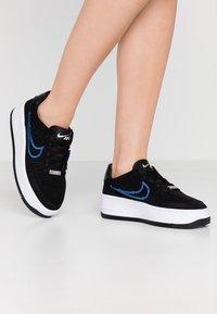 Nike Sportswear - AIR FORCE 1 SAGE - Matalavartiset tennarit - black/deep royal blue/metallic silver - 0