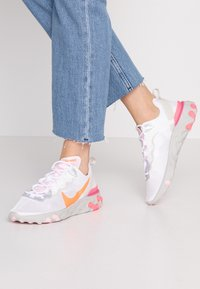 Nike Sportswear - Sneakersy niskie - white/hyper crimson/digital pink/pink foam/light bone - 0