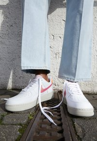 Nike Sportswear - AIR FORCE 1 - Sneaker low - white/digital pink/pink foam/hyper crimson/light bone - 4