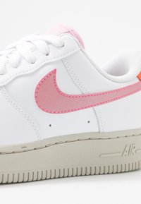 Nike Sportswear - AIR FORCE 1 - Sneaker low - white/digital pink/pink foam/hyper crimson/light bone - 2