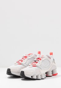 Nike Sportswear - SHOX TL NOVA - Baskets basses - vast grey/laser crimson/white - 4